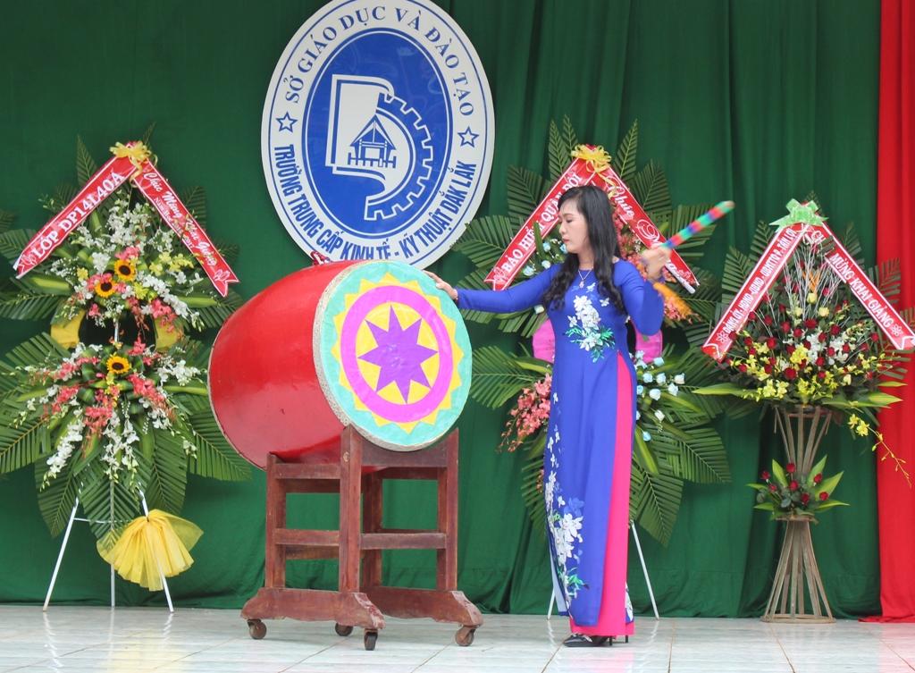 Đại diện Ban Giám hiệu nhà trường đánh trống khai giảng năm học mới