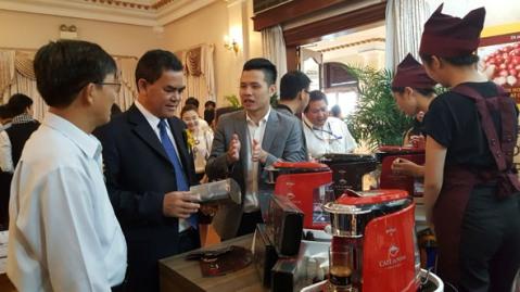 Phó Bí thư Tỉnh ủy Y Biêr Niê tham quan, tìm hiểu các sản phẩm cà phê trưng bày tại buổi họp báo về Lễ hội Cà phê Buôn Ma Thuột lần thứ 6 năm 2017 được tổ chức tại TP. Hồ Chí Minh tháng 12-2016.